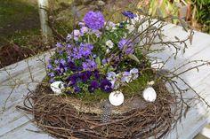 Ein traumhaftes Frühlingsnest mit Magnolienästen und Mirabellenzweigen.....