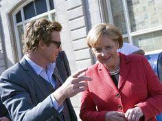 Die Bundeskanzlerin kannte den Hauptdarsteller der Krimi-Serie The Mentalist zwar nicht, freute sich aber sichtlich, dass der Schauspieler die Dreharbeiten extra für sie unterbrach. Die Mitglieder seiner Filmcrew zückten sogleich Handykameras, um ihren Hauptdarsteller mit der deutschen Kanzlerin zu fotografieren. #Merkel #Baker #Mentalist #Kanzlerin