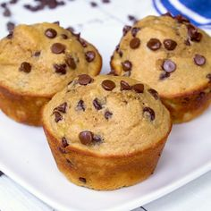 These Banana Chocolate Chip Power Cakes are super moist protein-packed banana muffins with no oil or butter. These easy, healthy banana muffins will please even the pickiest of eaters! Protein Desserts, Protein Snacks, Banana Protein Muffins, Banana Chocolate Chip Muffins, Healthy Muffins, Protein Cake, Protein Powder Muffins, Protein Chocolate Chip Cookies, Skinny Muffins