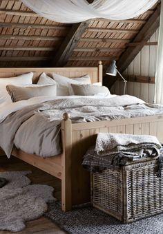 sypialnia z drewnianym łózkiem