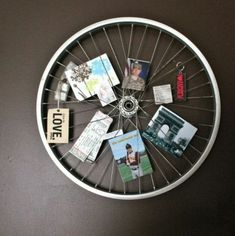 16 ideas to recycle your bike wheel into a sensational deco item - Cadre Photo Original, Bike Decorations, Old Bicycle, Picture Holders, Purple Wine, Photo Displays, Display Photos, Diy Photo, Potpourri