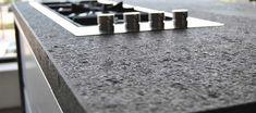 Die Oberflächen der Naturstein Arbeitsplatten können unterschiedlich bearbeitet werden: poliert, geflammt + gebürstet, satiniert, Eco Antik, geschliffen, river finish, waterjet, cobblestone, leather, lapatura, sandgestrahlt + gebürstet, sandgestrahlt und