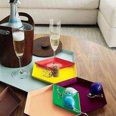 """Esa 'ley universal' por la que estos días festivos, son los idóneos para empezar con la decoración navideña. Guirnaldas, belenes, espumillones, luces… ✨ Pero también los clásicos pueden hacer sitio a los """"nuevos clásicos del diseño"""" cómo las bandejas Kaleido, diseño de Clara Von Zweigbergk para HAY.  Perfectas para decorar y para regalar!!! Toma nota!  · · · #DomésticoShop #design #interiordesign #love #pursuepretty #interiorarchitecture #happy #theartofslowliving #vogueliving…"""