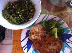 Zum Mittagessen ging es bei Petzi dann wieder gesünder weiter und zwar mit Seitanschnitzel mit Brokkoli und Gelbe-Linsen-Reis, dazu frisch gemachter Fisolensalat. Frische Fisolen mag ich auch besonders gerne und als Salat noch lieber!