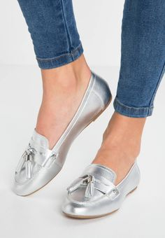 GIG - Slip-ons - silver. upper material:leather. detail:mocassin seam. shoe toecap:round. shoe fastener:slip on. Cover sole:leather. Pattern:plain. Padding type:Cold padding. Heel type:flat. Sole:synthetics. Internal material:combination of leather and textile lining