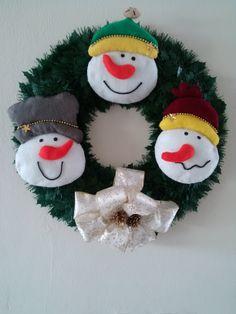 Corona navideña con monos de nieve