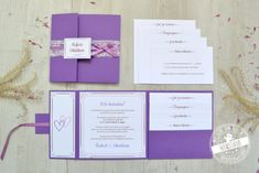 Ihr wollt auf eurer Hochzeitseinladung viele Informationen und Text unterbrinngen? Trotzdem soll die Einladung klassich und stilvoll sein? Dann sind Pocketfold Einladungskarten das Richtige für euch. Auf den 4 Einsteckkarten könnt ihr den kompletten Text packen und er verschwindent Stilvoll in einer Tasche. Hochzeitseinladungen in Lila, violett mit Spitze und Satinband .#feenstaub #pocketeinladunge #hochzeit #hochzeitseinladungen #spitze Save The Date Karten, Wedding Invitations, Wedding Vintage, Design, Lilac, Thanks Card, Place Cards, Lace