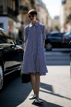 Street Style: Paris Haute Couture Fashion Week Fall 2016 Showgoers in Paris outdid themselves this season. See all the best Haute Couture Fall 2016 street [. Style Haute Couture, Couture Week, Casual Couture, Mode Lookbook, Street Style 2016, Looks Street Style, Striped Shirt Dress, Dress Shirt, Inspiration Mode
