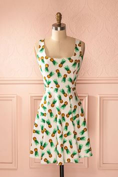 Le fascinant récit des voyages de l'ananas se poursuivra au gré de vos aventures !  The fascinating story of the pineapple's trips will now follow your adventures! White pineapple print summer dress www.1861.ca