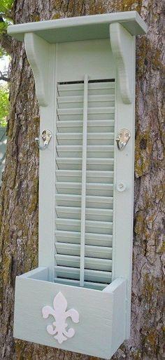 Una hoja de ventana adaptada como repisa, perchero, guarda-objetos...Reciclar