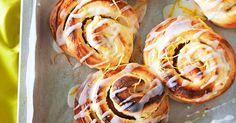 Onko ihanampaa herkkua kuin sitruunapuustit? Kirpeän makea sitruunatäyte piiloutuu kuohkean pullan sisään ja herkun viimeistelee sitruunainen kuorrutus. Näitä h Doughnut, Sushi, Tacos, Baking, Ethnic Recipes, Desserts, Food, Drinks, Bread Making