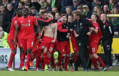 Adam Lallana oslavuje so spoluhráčmi a Jürgen Klopp, keď strelil piaty gól Liverpoolu