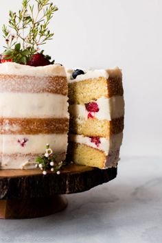 How to make a beautiful naked cake with fresh berries, vanilla cake, and vanilla buttercream. Homemade wedding cake on sallysbakingaddic. Cupcakes, Cupcake Cakes, Wedding Cake Fillings, Wedding Cake Recipes, Wedding Cakes, Nake Cake, Homemade Vanilla Cake, Homemade Breads, Pasta Primavera