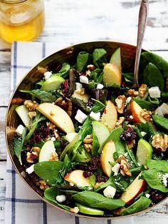 Cette salade est idéale pour les petites faims ou en repas léger du soir après un déjeuner copieux.Découpez une ou deux pommes en quartiers, puis...