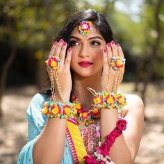Indian Jewelry Sets, Indian Wedding Jewelry, Bridal Jewelry, Indian Bridal Makeup, Indian Bridal Fashion, Flower Jewellery For Mehndi, Flower Jewelry, Wedding Guest Style, Bride Photography