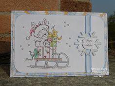Cosa ne dite di quest'altro biglietto per le feste natalizie? Un dolcissimo Coniglietto-Babbo Natale che consegna doni su uno slittino. Al nastro azzurro d'organza è attaccato un fiocco di neve stilizzato tutto scintillante.