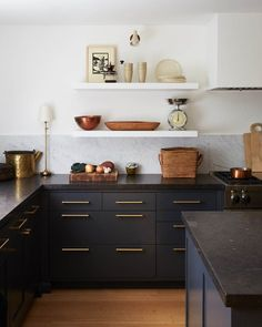 Designing a new kitchen and thinking of using black cabinets? Here are the best black kitchens Summer Kitchen, New Kitchen, Kitchen Dining, Kitchen Decor, Decorating Kitchen, Kitchen Ideas, Black Kitchen Furniture, Kitchen Sale, Stylish Kitchen