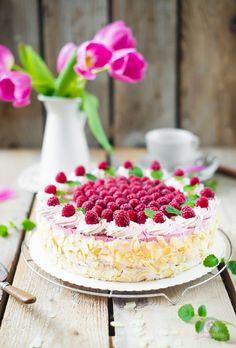 Fruchtig frische Himbeer-Sahne-Torte. Ein wunderschöner rosa Tortentraum.