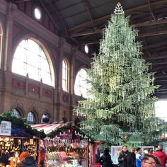 Christmas market in a Zurich train station. Photo courtesy of pointsandtravel on Instagram. #howiholiday