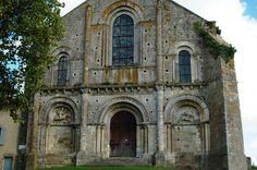 PARTHENAY LE VIEUX (79) église st Pierre belle romane