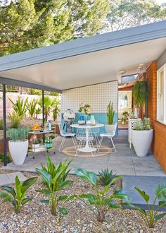 How to turn your carport into an outdoor oasis mid-century . - How to turn your carport into an outdoor oasis Mid-century outside - Mid Century Modern Furniture, Mid Century Modern Design, Midcentury Modern, Mid Century Modern Home, Mid Century Modern Bathroom, Classic Furniture, Home Interior, Interior And Exterior, Ranch Exterior