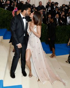 The Best Candid Moments From The 2017 Met Gala - The Weeknd and Selena Gomez Selena Gomez Mom, Selena Gomez The Weeknd, Selena Gomez Fotos, Selena And Abel, Selena And Taylor, Celebrity Couples, Celebrity Photos, Celebrity Outfits, Selena And The Weekend