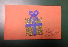 Tarjeta de Cumpleaños REGALO. ¡Uy, súper sencillita y tiene un aire curioso. Elaborada con cartoncillo con textura en color anaranjado, foami dorado con brillo, papel azul. ¡Facilito!