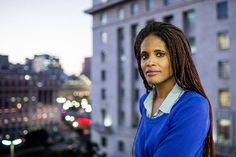 Djalmila Ribeiro, mestre em filosofia política, ativista feminista e secretária-adjunta de Direitos Humanos de São Paulo.  Ao EL PAÍS, pesquisadora fala sobre a importância de combinar a luta contra o machismo e o racismo Mestre em filosofia política, é uma das principais referências no movimento feminista negro