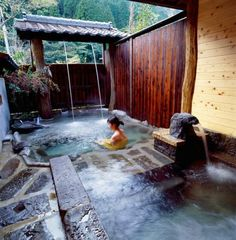 You need to see this swimming pool with Jacuzzi design to decide the kind of swimming pool and hot tub would suit your garden best. Japanese Style House, Traditional Japanese House, Japanese Bath House, Jacuzzi, Japanese Hot Springs, Japanese Bathroom, Outdoor Baths, Small Pools, Japanese Interior