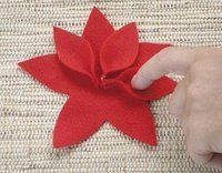 Make some beautiful Christmas Eve with Felt Handmade Christmas Decorations, Felt Christmas Ornaments, Noel Christmas, Xmas Crafts, Felt Crafts, Diy And Crafts, Diy Flowers, Fabric Flowers, Felt Art