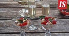 Siken Eton mess yhdistelee minttua ja mansikoita. Eton Mess, Desserts, Tailgate Desserts, Deserts, Dessert, Food Deserts
