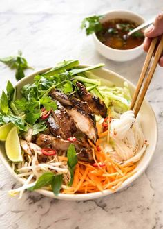 Vietnamese Noodles with Lemongrass Chicken (Bun Ga Nuong) - The popular Vietnamese dish made with Vermicelli noodles topped with fresh vegetables, lemongrass marinated chicken and drizzled with Nuoc Cham. Chicken Buns, Chicken Noodles, Asian Noodles, Plats Healthy, Low Carb Brasil, Recipetin Eats, Cooking Recipes, Healthy Recipes, Cooking Tips