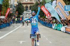 Raúl Alarcón gana a lo grande la Vuelta a Asturias tras adjudicarse la última etapa.