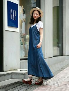 GapJapan│GAPのドレスコーディネート 【渋谷店スタッフ注目コーデ】 旬なデニムは柔らかい素材のマキシワンピで女性らしい着こなしに。デニムと相性バツグンなホワイトTと合わせて、おしゃれなノームコア・スタイルの完成。 リネンTシャツ (Color:ホワイト/¥3,600/ID:415693/着用サイズ:XS) テンセルデニムマキシドレス (Color:ダークインディゴ/¥8,900/ID:514067/着用サイズ:XXS) その他:参考商品 スタッフ身長:160cm ■渋谷店 http://loco.yahoo.co.jp/place/g-aJEmiYxOWbA/ ■オンラインストアはこちら http://www.gap.co.jp/browse/subDivision.do?cid=5643 ■GapストアスタッフコーデをWEARで見る http://wear.jp/gapjapan/