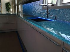 One of the most newest choice for today's kitchens is glass countertops. Glass countertops are relatively modern type of kitchen countertops. Recycled Glass Countertops, Kitchen Countertop Materials, Granite Countertops, Kitchen Worktops, Glass Kitchen, Diy Kitchen, Kitchen Decor, Kitchen Ideas, Stylish Kitchen