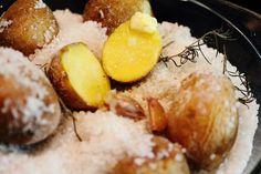Картофель запеченный в соли с чесноком и розмарином