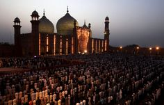 Praying under the leadership of Saudi Imam of the Grand Mosque in Pakistan. Khalid, India And Pakistan, Lahore Pakistan, Female Eyes, Beautiful Mosques, Grand Mosque, Most Powerful, Photos Of The Week, Art And Architecture