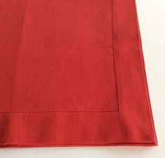Runner tavolo in lino colore rosso con bordo ajour.