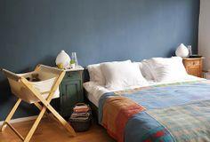 Dormitorio principal con cuna de bebe