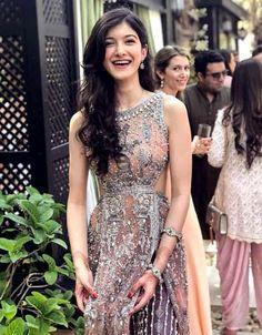 Shanaya kapoor is a daughter of Sanjay Kapoor and Maheep Sadh. My Girl, Cool Girl, Rhea Kapoor, Dressing Sense, Nice Dresses, Formal Dresses, Hair Color For Black Hair, Indian Beauty, Bollywood Actress