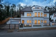 ПРОДАЖА ДОМА В ПРАГА 4.   Продается просторная частная вилла, которая прошла комплексную качественную реконструкцию с уличным бассейном с подогревом, сауной, каминами, 7-ю спальнями и 7-ю ванными комнатами, находящаяся в тихой, природной среде в Праге Ходковичках (Hodkovicky) в непосредственной близости от местного леса.