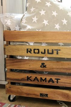 Kierrätyspuusta valmistettu laatikko ja tähtityynyt.
