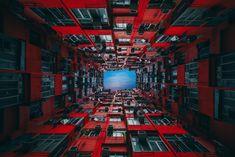 ありふれた香港のビルは、下から見上げると現実を超えて魅力的な景色となる。そのことに気づいたイギリス人写真家は、これまでに300以上の建物を足元からとらえている。彼が出会った、香港ビルの魅惑とそこに隠された真実とは。