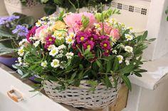 Košík kvetov, ruža, kamilky, santinky, frézie 25 € http://www.kvetysilvia.sk/donaskova-sluzba/