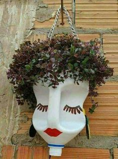 As plantinhas vão ter uma cariinspiration for a Scarecrow head or jazz up for a display of head planters.*clever use to repurpose bleach and other jugs!Ideas For Garden Art Crafts PlantsCrochet Patterns Vintage Queen of Hearts / Alice in Wonderland Plastic Bottle Planter, Plastic Bottle Crafts, Plastic Bottles, Recycle Bottles, Bottle Garden, Garden Pots, Balcony Garden, Garden Crafts, Garden Projects