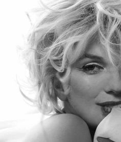 Marilyn Monroe in black and white. - - Marilyn Monroe in black and white. Estilo Marilyn Monroe, Marilyn Monroe Artwork, Marilyn Monroe Fotos, Marilyn Monroe Style, Marilyn Monroe Makeup, Marylin Monroe Pictures, Marilyn Monroe Portrait, Norma Jean Marilyn Monroe, Vintage Hollywood