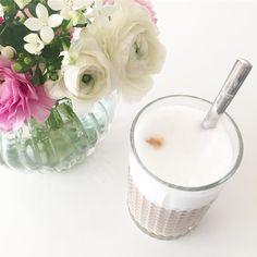 Mit den schönsten Blümchen von @lotta__c direkt neben der Kaffeemaschine hat hier der Tag begonnen. Und mir sagt die Floristin Ranunkeln gibt es erst im Januar. Aber sie hat auch falschen Eukalyptus bestellt. Irgendwie sind wir hier ja doch auf dem Dorf  Habt alle einen wunderbaren Dienstag.  ____________________________________________  #ranunculus #ranunkeln #coffee #kaffeeundblumen #coffeeandflowers #bezzera #latte
