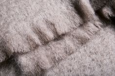 Grey Kare - Está confeccionada a mano por artesanos de Ezcaray. Su composición es 73% mohair (pelo de cabra de angora y una de las fibras naturales más valiosas del mundo) y 27% lana natural.  De aspecto esponjoso, con su abrigo el perro recibe lo más parecido al abrazo de su dueño. #HANNIKO #Mantas #MantasParaPerros #Blankets #DogBlankets #LuxuryDogs #LuxuryDogsBlankets Towel, Blankets, World, Dog Blanket, Bed Covers, Hug, Hair, Blanket, Cover