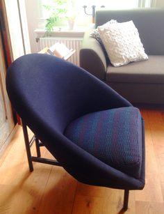 Design fauteuil van ontwerper Theo Ruth voor Artifort. Een voor die tijd al zeer moderne uitvoering van de kuipstoel of cocktail chair!Type is F815.  Verkeert in hele nette tweedehands staat. Het zitvlak is bekleed met een stof die de kleuren paars, blauw, turqouise en zwart bevat. Het rugdeel is zwart, hoogstwaarschijnlijk beide stoffen van Kvadrat. Frame (buis) is van metaal. In zeer nette staat. totale breedte: 80 cm  zitdiepte: 48 cm. Prijs: €275,-