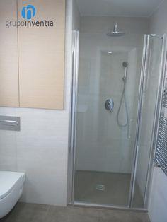 Para la #reforma de este baño se optó por colocar una #ducha, perfecta para el día a día. #aseo #Barcelona #bathroom